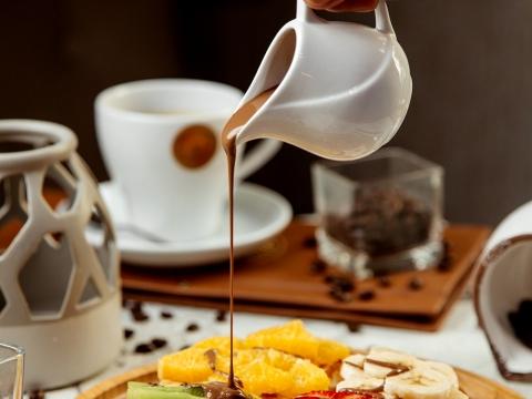 Vafli sa smeđim šećerom i voćem