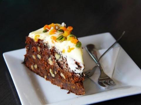 Čokoladni kolač sa lešnicima i pistaćima