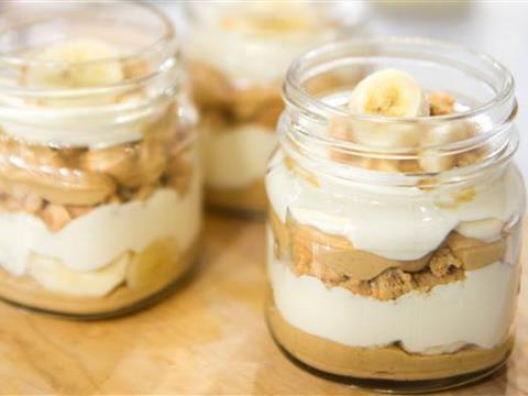 Desert u čaši sa bananom i kikirikijem