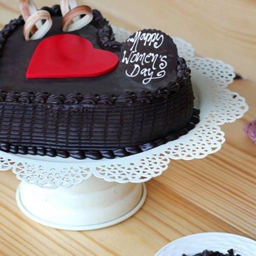 Osmomartovska čokoladna srce torta